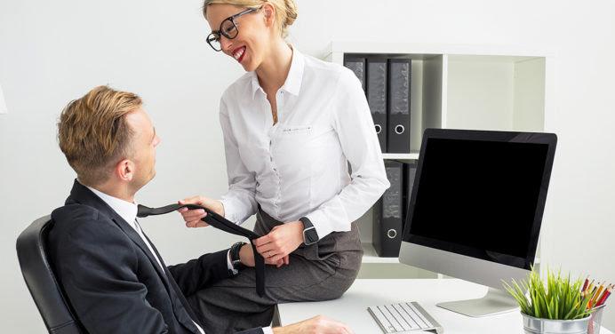 En couple avec une collègue : une bonne idée ?