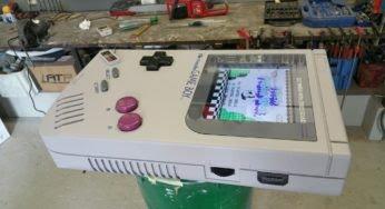 Un homme recrée une Game Boy géante dans son salon