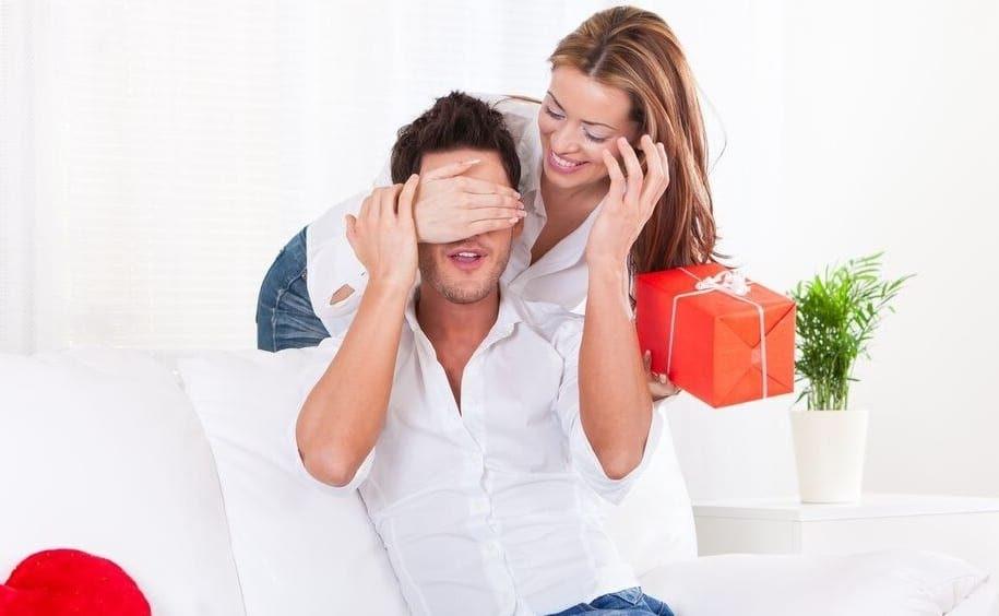 Femme qui offre un cadeau de Saint-Valentin à un homme