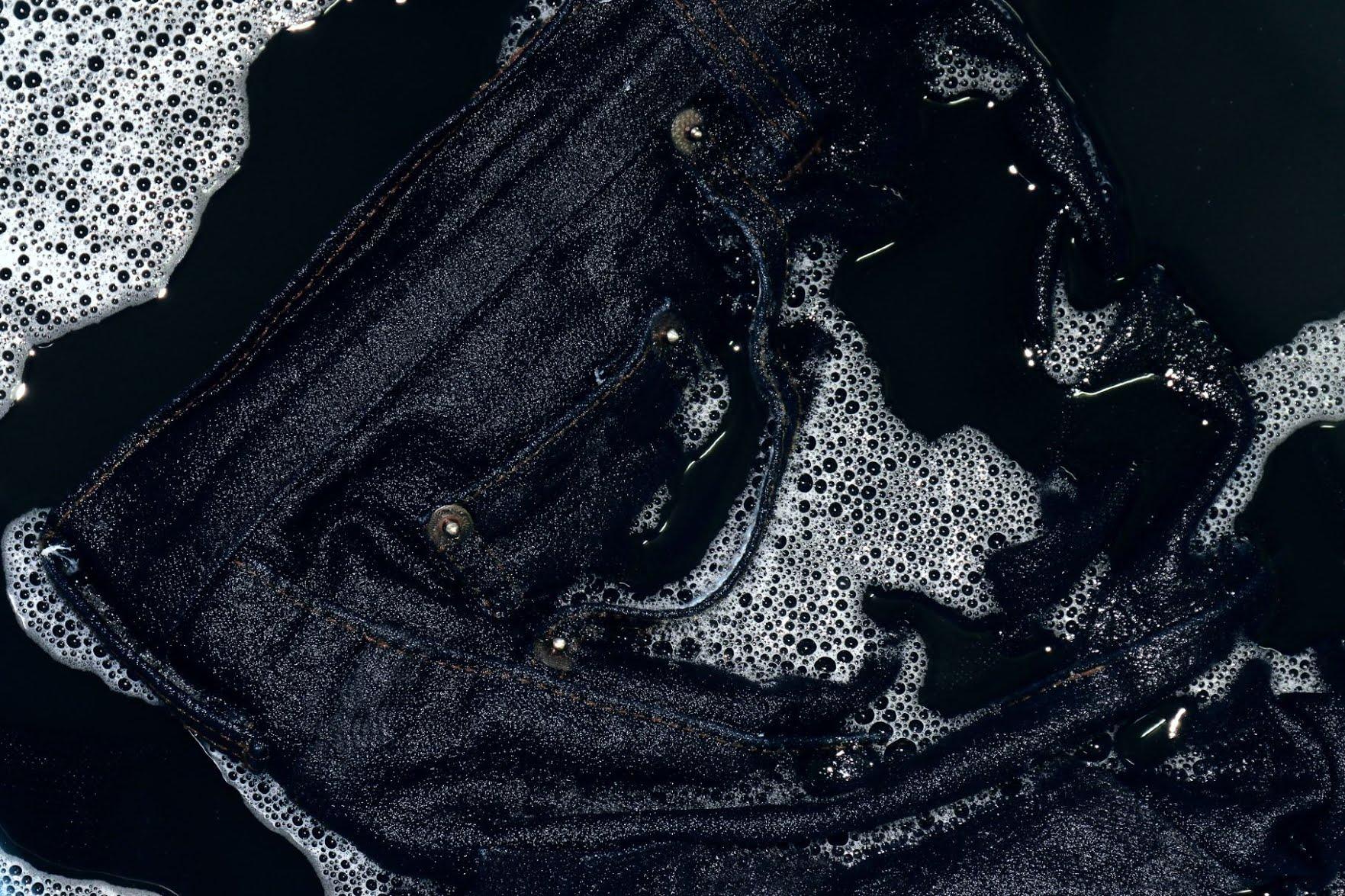 Faire rétrécir un jean dans l'eau chaude