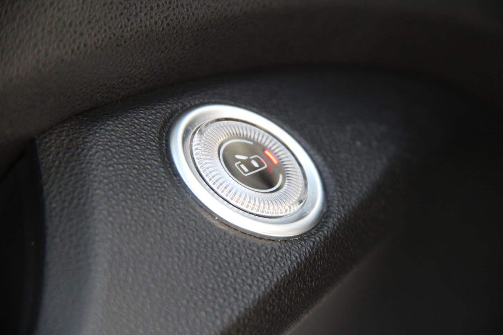 Pas de poignée, mais un bouton de porte