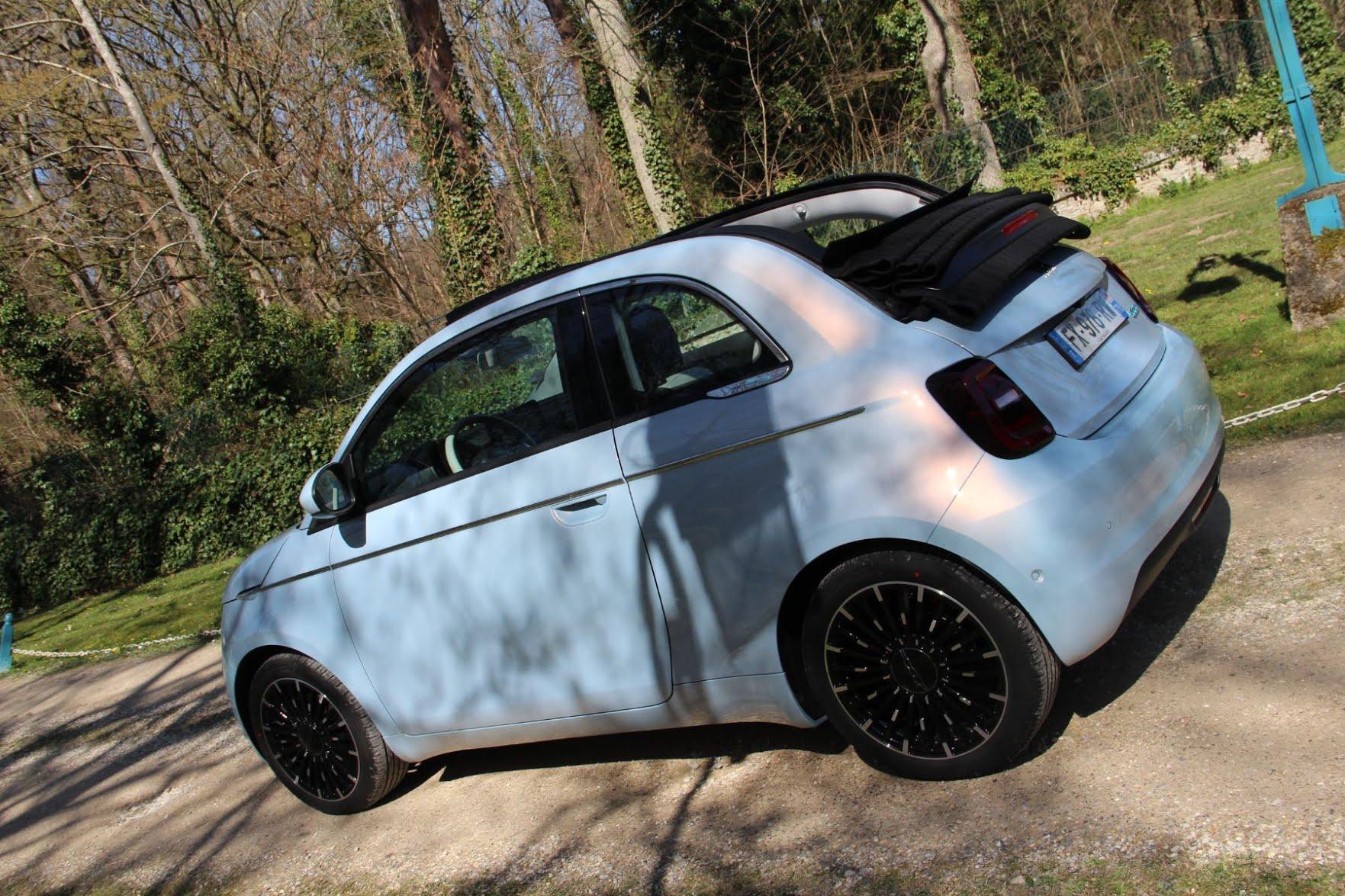 Fiat 500E en mode décapotable
