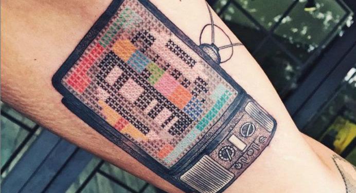 Le tatouage masculin se met… au point de croix