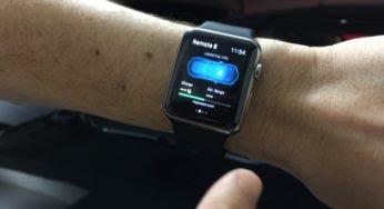 Un homme conduit sa voiture avec son Apple Watch