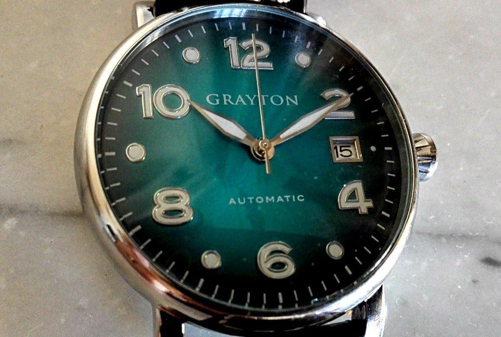Une montre avec des aiguilles à 10h10