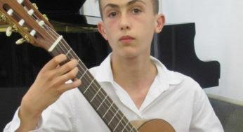 Guitariste à 14 ans et déjà au sommet de son art