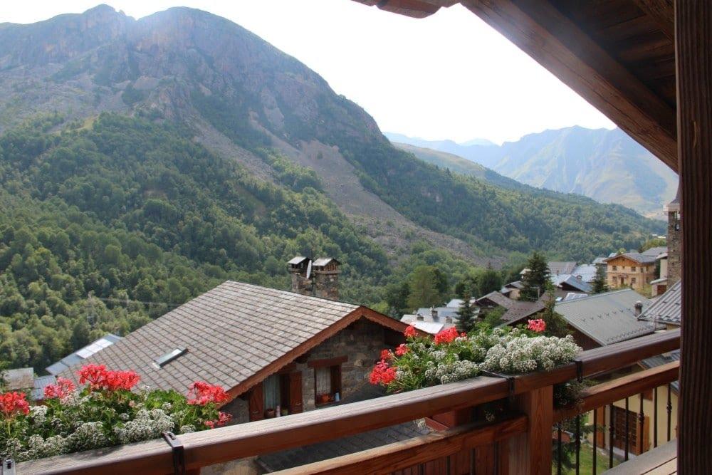Vue sur le hameau de Saint-Marcel depuis l'hôtel La Bouitte
