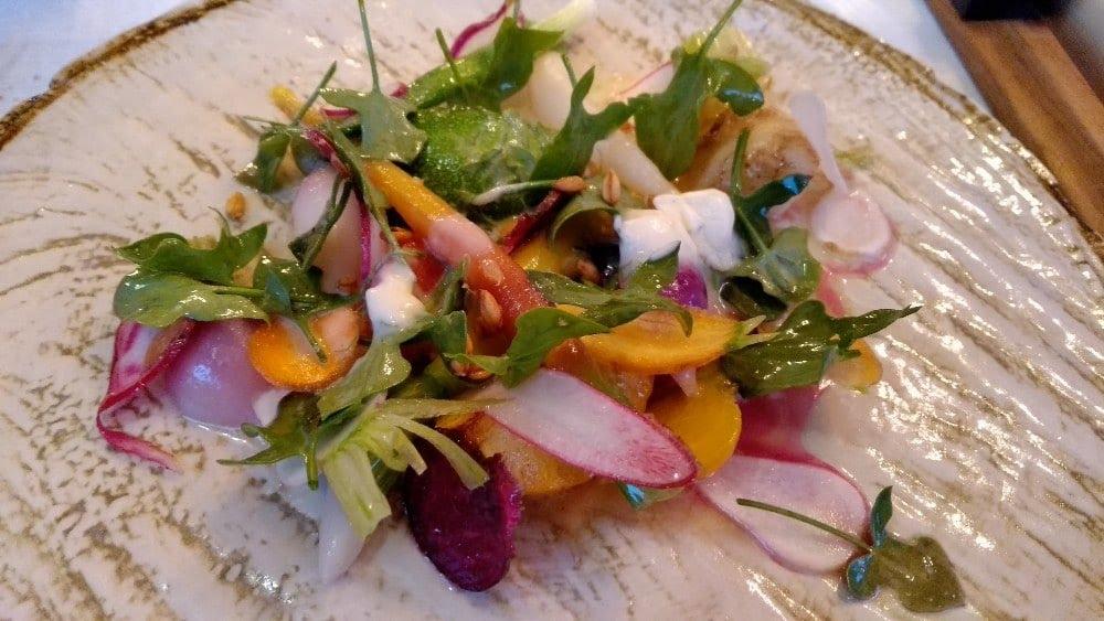 Légumes cuits dans leur jus, avec crème double à la livèche, pousses d'aigrelette et citrons caviar