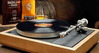 Une platine audio de luxe construite à partir de fûts de whisky
