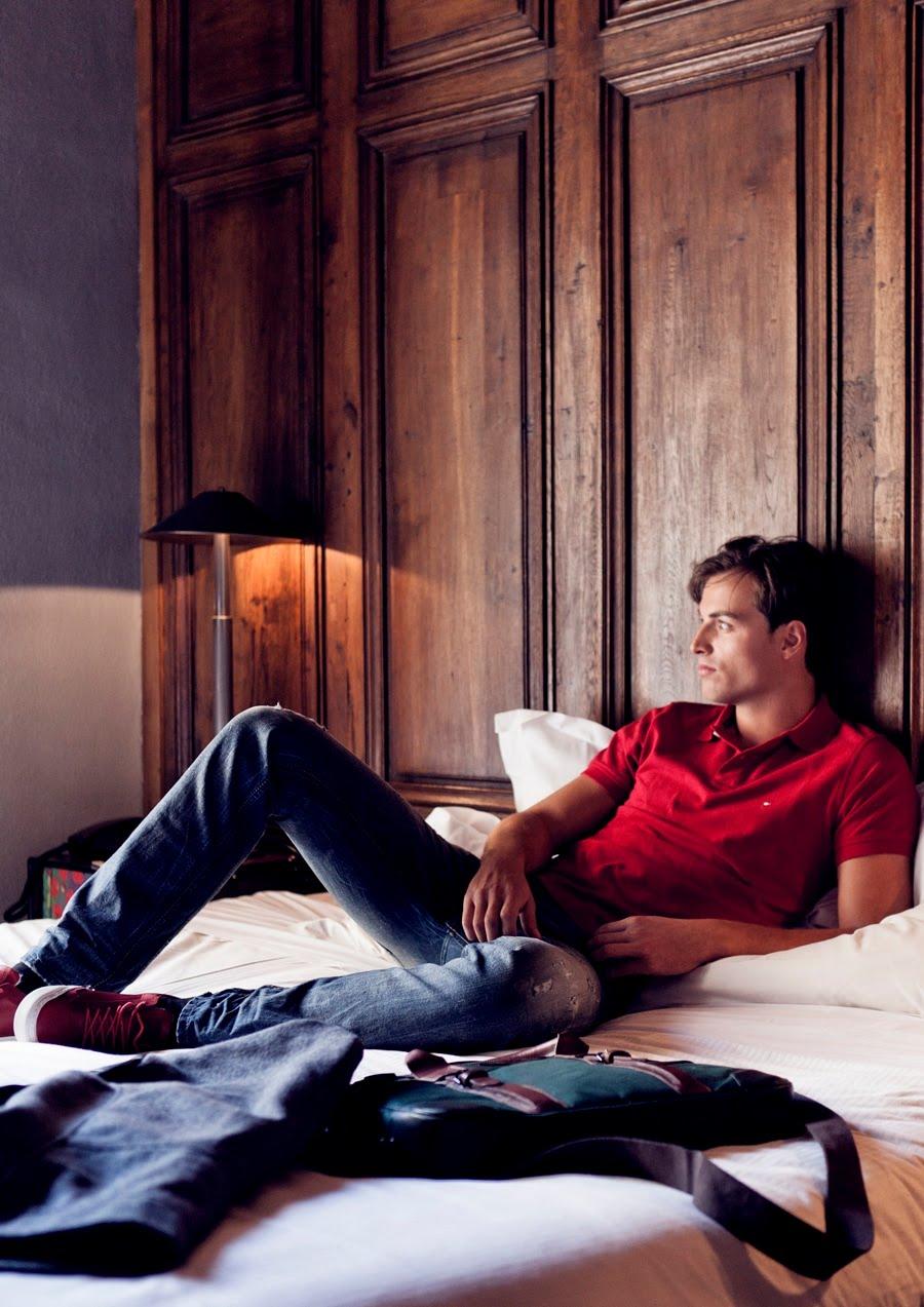 Look du business-man : dans sa chambre d'hotel